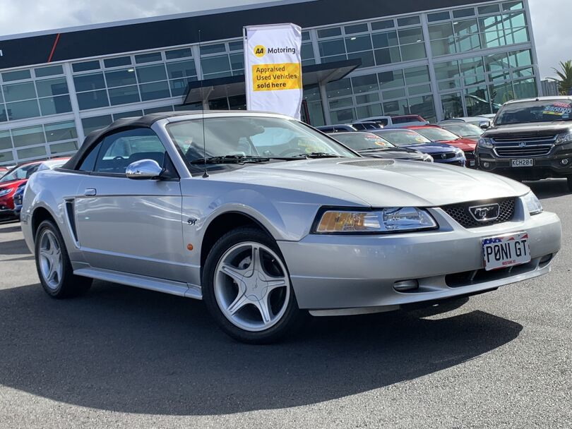 2002 Ford Mustang 1