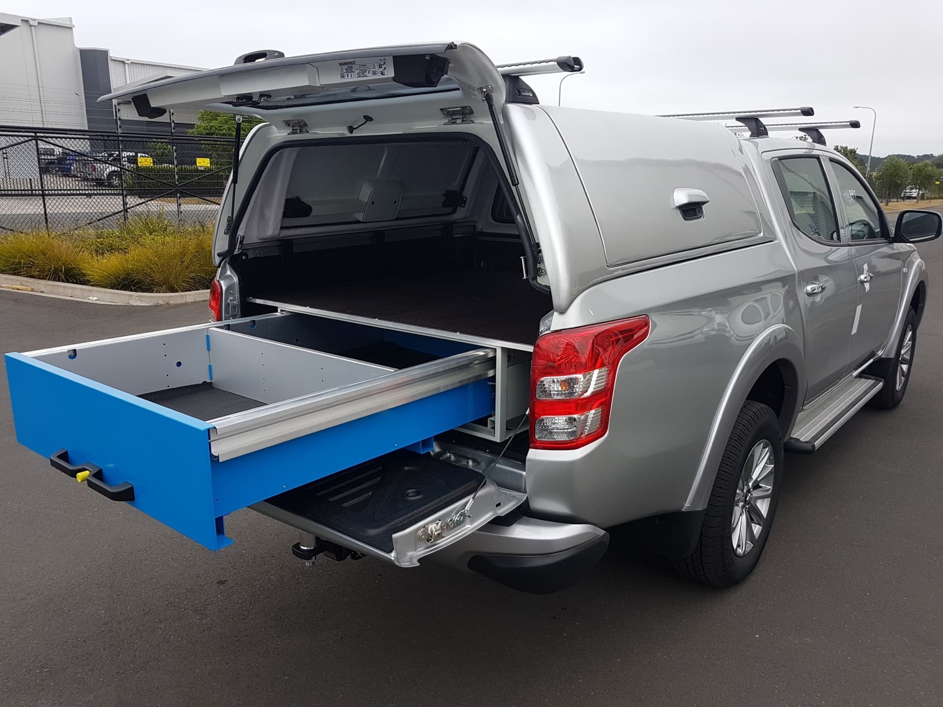 Commercial ute service body with underfloor drawer
