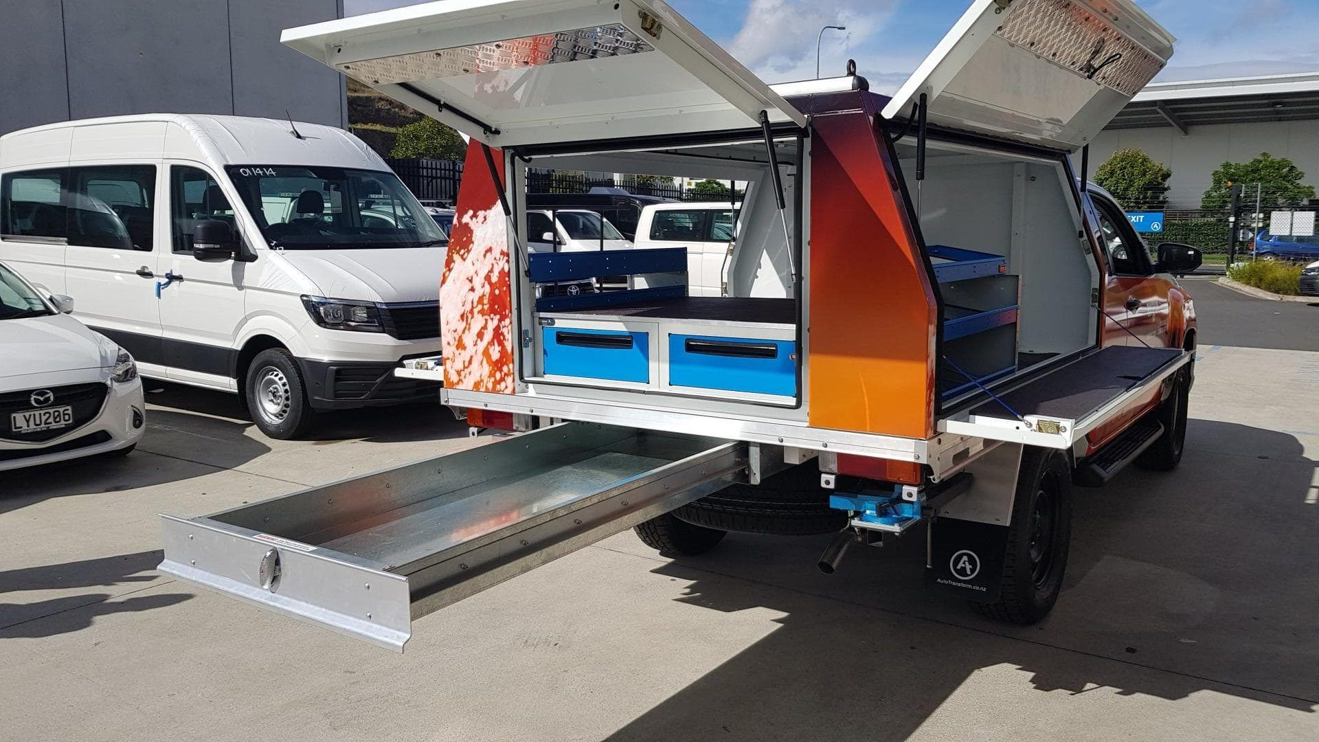 Ute service body with underfloor aluminium tray