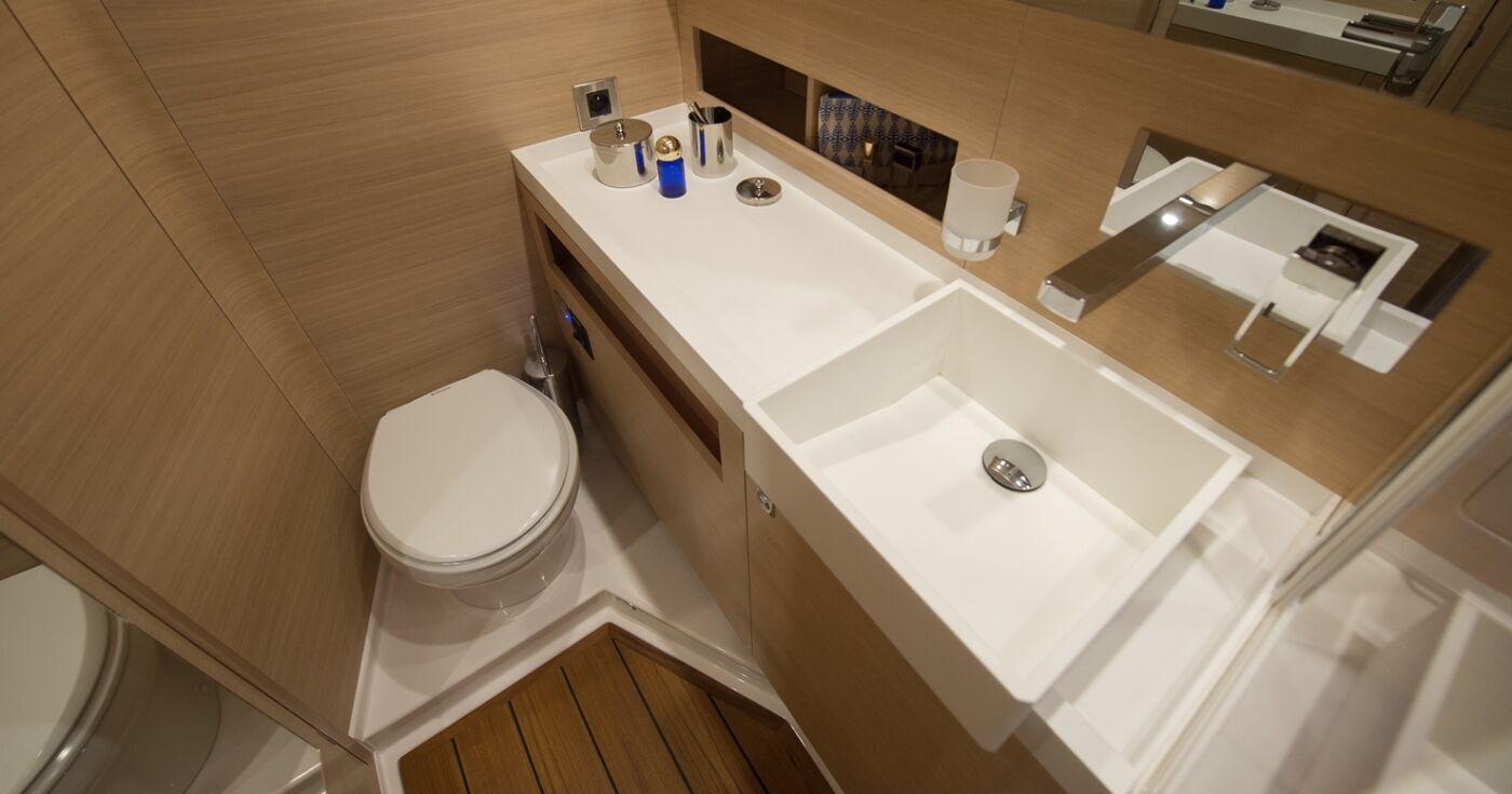 AMEL aft bathroom Photo JS Evrard BD