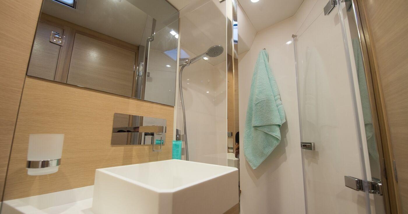 AMEL 50 forward bathroom 04 Photo JS Evrard BD